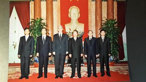 مع القيادة الفيتنامية :رئيس الجمهورية  وأمين عام الحزب
